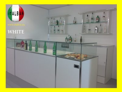 Banco Bar White con vetrina cm. 300 + retro banco + portabottiglie + pedana: €.7.500